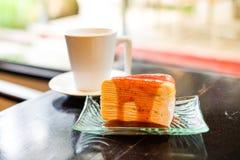 Une partie de gâteau de crêpe a complété avec de la sauce à fraise Photographie stock