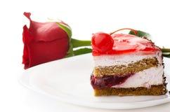 Une partie de gâteau et d'un rouge a monté Photographie stock libre de droits