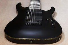 Une partie de guitare d'électro de ficelle du noir huit Photographie stock libre de droits