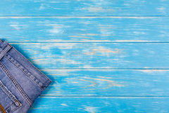 Une partie de jeans se trouvant sur le fond en bois bleu images libres de droits