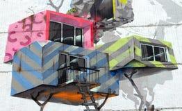 Une partie de ` juridique à grande échelle de Chambres et d'arbres de ` de graffiti sur le mur d'un bâtiment à plusiers étages pa image stock