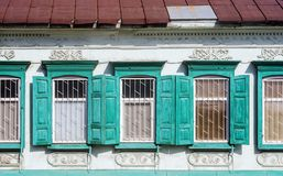 Une partie de la façade avec des fenêtres d'un bâtiment antique Images libres de droits