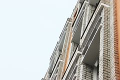 Une partie de la façade du bâtiment avec les transitoires en plastique contre des pigeons la conception ne permet pas à des oisea image libre de droits
