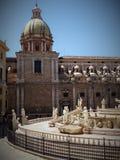 Une partie de la fontaine de Pretoria avec les statues de marbre florentines et d'une église avec un dôme coloré Palerme sicily l photographie stock