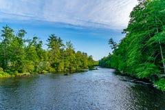 Une partie de la rivière de Neversink près du péage de Guymard, tributaire de la région unique du fleuve Delaware dans le Catskil image stock