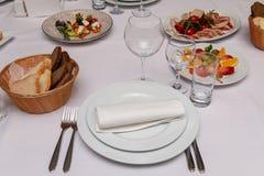 Une partie de la table servie avec du pain photos stock
