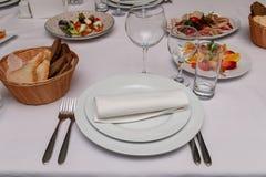 Une partie de la table servie avec du pain photographie stock