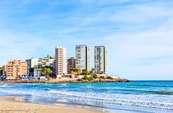 Une partie de la ville avec les gratte-ciel sur une plage rocheuse et un t Image stock