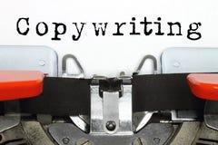 Une partie de machine de dactylographie avec le mot dactylographié de rédaction publicitaire Photographie stock libre de droits