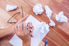 Une partie de mains faisant la boule de papier Photos libres de droits