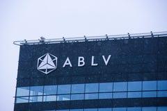 Une partie de maison de banque d'ABLV pendant les chutes de neige images libres de droits
