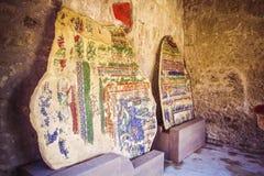 Une partie de mur de briques coloré avec les fresques peints à Pompeii, ruines de ville antique, excavations de scavi de Pompéi,  images stock