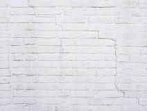 Une partie de mur de briques peint par blanc avec la fente images stock