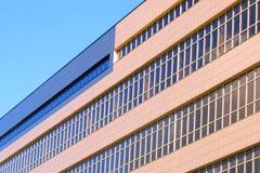 Une partie de nouveau bâtiment moderne avec des fenêtres Images libres de droits