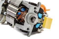 Une partie de petit moteur électrique, plan rapproché, d'isolement sur le backgr blanc Photos stock