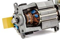 Une partie de petit moteur électrique, plan rapproché, d'isolement sur le backgr blanc Photographie stock