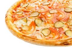 Une partie de pizza italienne classique délicieuse avec le poulet, les tomates, les concombres et le fromage Photos stock