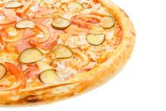 Une partie de pizza italienne classique délicieuse avec le poulet, les tomates, les concombres et le fromage Photographie stock