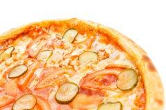 Une partie de pizza italienne classique délicieuse avec le poulet, les tomates, les concombres et le fromage Images libres de droits