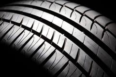 Une partie de pneu à rendement élevé d'été. Photos libres de droits