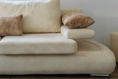 Une partie de sofa contemporain confortable dans des couleurs naturelles photographie stock