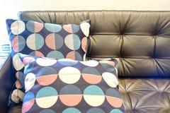 Une partie de sofa en cuir brun avec des oreillers photographie stock