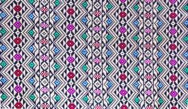 Une partie de tissu en soie thaïlandais traditionnel sur l'étagère Photo stock