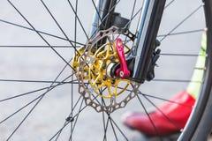 Une partie de vélo de montagne de roue avant de disque de frein Image stock