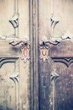 Une partie de vieille porte avec deux handels Image libre de droits