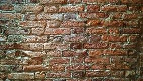 Une partie de vieux mur de briques de couleur rouge-brun Photos libres de droits
