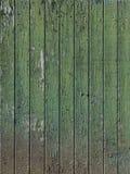 Une partie de vieux vert a peint la porte de grange avec les planches verticales image libre de droits