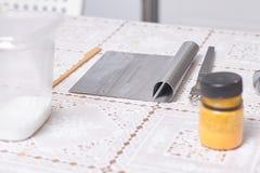 Une partie des ingrédients et des outils pour faire le gâteau Photographie stock