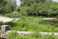 Une partie des jardins et des voies antiques de l'eau de Banias au fond du mont Hermon dans Golan Heights Israel du nord photos stock