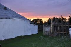 Une partie des maisons de pauvres dans le village russe au coucher du soleil Image stock