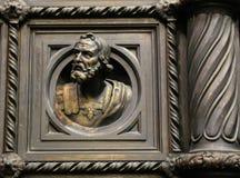 Une partie des portes de cathédrale avec la sculpture photographie stock libre de droits