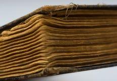 Une partie des vieux livres déchirés en lambeaux avec les pages jaunies images libres de droits
