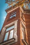 Une partie du bâtiment de la brique avec des fenêtres Image libre de droits