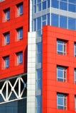 Une partie du bâtiment moderne de façade avec rouge et bleu Photos libres de droits