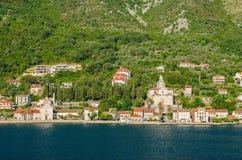 Une partie du bord de mer de Prcanj dans Monténégro avec le baroqu images stock