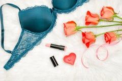 Une partie du corsage vert avec la dentelle Roses oranges, rouge à lèvres, bougie en forme de coeur concept à la mode Image stock