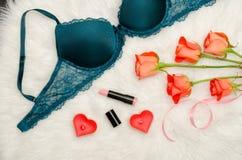 Une partie du corsage vert avec la dentelle Roses oranges, rouge à lèvres, bougies sous forme de coeur concept à la mode Photos stock
