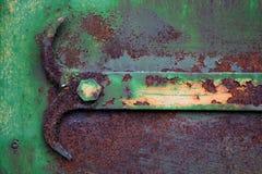 Une partie du mécanisme pour ouvrir la porte, peint dans une teinte verte et fortement rouillé, s'est corrompue par temps photos stock