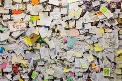 Une partie du mur couvert de messages d'amour en maison de Juliet, Vérone Image stock