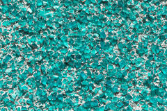 Une partie du mur couvert de petits morceaux de vert de mer en verre ou de quartz Image stock