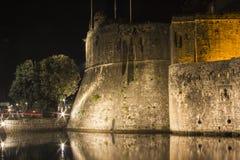 Une partie du mur défensif autour de la vieille ville dans Kotor la nuit montenegro photo stock