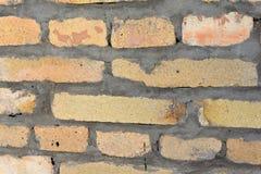 Une partie du mur de couleur de pêche de briques réfractaires avec les coutures concrètes photographie stock