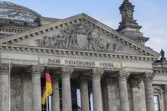 Une partie du Reichstag établissant le gouvernement allemand avec l'inscripti images libres de droits
