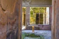 Une partie du salon avec des fresques peints sur les murs dans une maison ruinée à Pompeii, Naples, Italie Les ruines du c antiqu photo stock