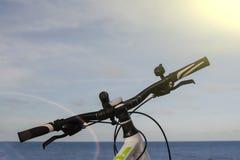 Une partie du vélo contre la mer Image libre de droits