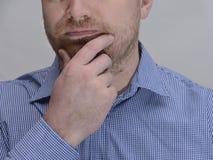 Une partie du visage d'un homme non rasé dans une pose réfléchie photographie stock libre de droits